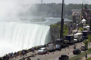 061512-Wallenda-crowds-at-Niagara-AP